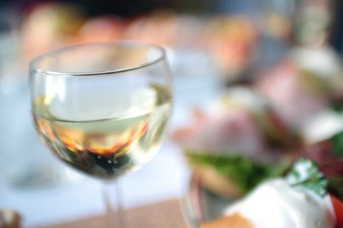 What drinks to serve with popular seafood dishes the for What wine goes with fish